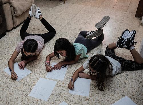 ילדות כותבות מכתב למחול עבור Just in Time (צילום: דויפרט ופלישקה)