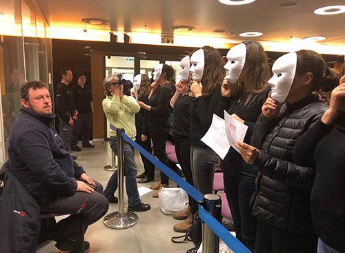 מפגינות בפתח הישיבה, השבוע