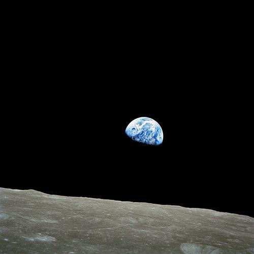 """""""אולי עלינו לבהות בתצלומים האלה כל בוקר, במדיטציה"""". כדור הארץ כפי שצולם מאפולו 8 (צילום: נאס""""א)"""