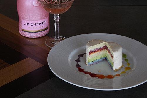 עוגת קשת בענן של הולה. צילום: אייל זיו