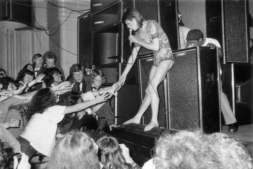 דיוויד בואי בהופעה בהאמרסמית' אפולו בלונדון, 1973 (צילום: Getty Images)