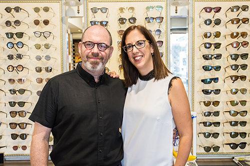 """שירלי ושי גרינברג בחנותם """"אופטיקה כמו פעם"""". צילום: הילה עידו"""