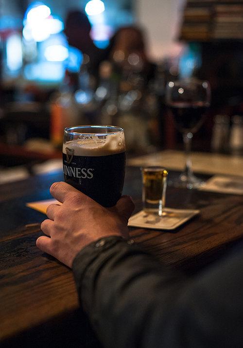 """אחרי בירה כזאת, מי זוכר שהשולחן דביק? השופטים. צילום: יח""""צ"""