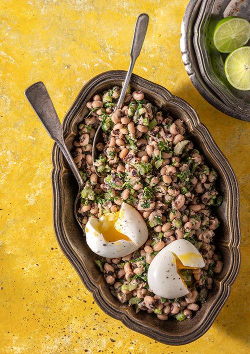 פיאס – סלט שעועית וביצים רכות. צילום: אנטולי מיכאלו