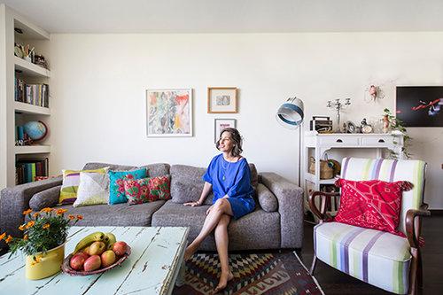 תמר רוזן נעים בדירתה. צילום: הילה עידו