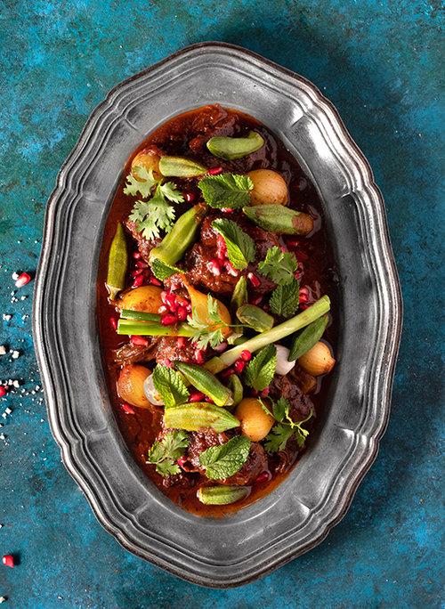 כתף בקר בתמרינדי ועגבניות עם רימונים. צילום: אנטולי מיכאלו