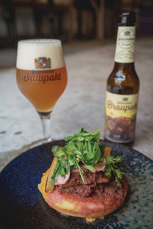 תבשיל שפונדרה וברביקיו סלקים על פנקייק תירס. צילום: אילן ספירא