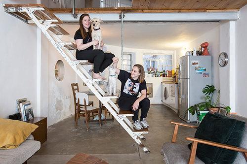 יעל סקליר ודייזי דיאמנט עם הכלבה לונה והחתול לולי בדירתן. צילום: הילה עידו