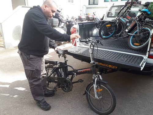 פקחי העירייה תופסים אופניים (צילום: עיריית תל אביב-יפו)