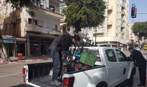 פקחי העירייה תופסים אופניים חשמליים (צילום: עיריית תל אביב-יפו)