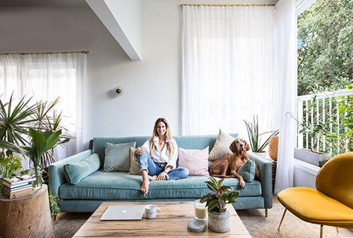 שירי סאן עם הכלבה אומה בדירתה. צילום: הילה עידו