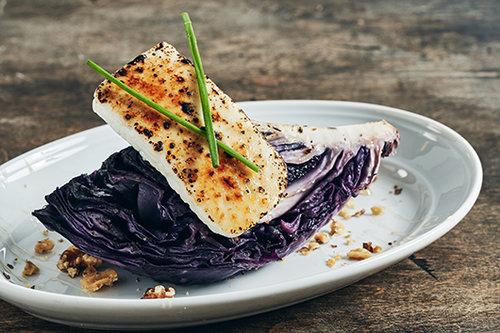 כרוב סגול צלוי בטאבון במסעדת בלקן (צילום: אמיר מנחם)