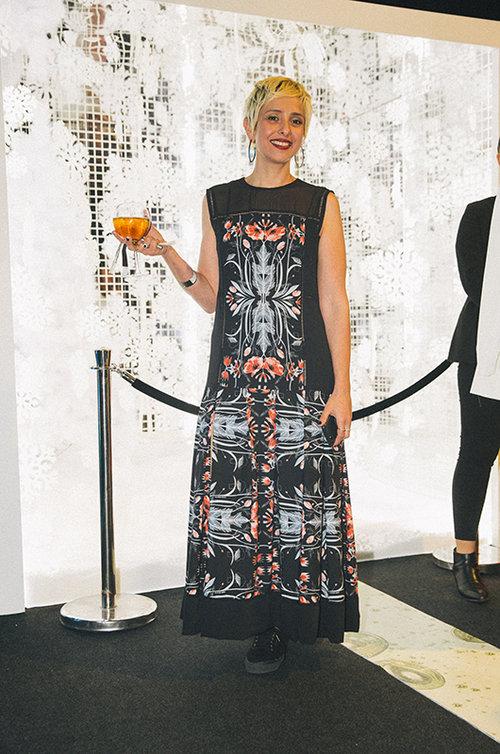 דניאלה קלינגר בשמלה של סבינה מוסייב וסניקרס של סופרגה. צילום: אור רוזנברג