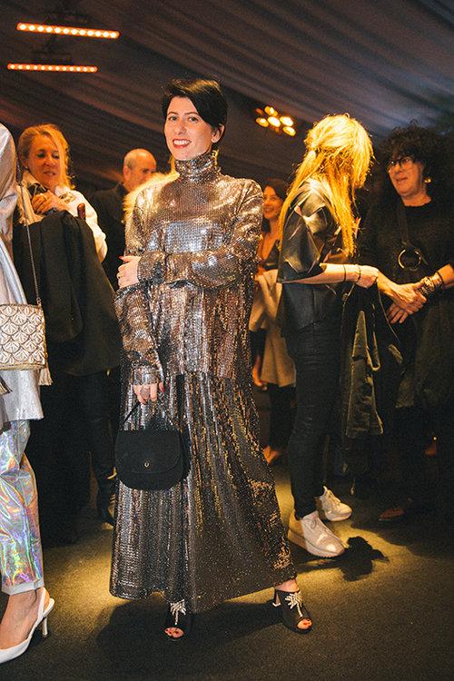 רוזה סינייסקי לובשת MEWS ותיק של Toeldano. צילום: אור רוזנברג