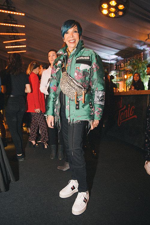 אנה שמר במעיל של דיזל, נעליים של גוצ'י, תיק של דניאלה להבי וחולצה של נולדן סטאר. צילום: אור רוזנרבג